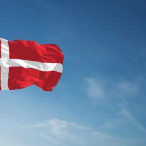 deense vlag wapperend in de wind